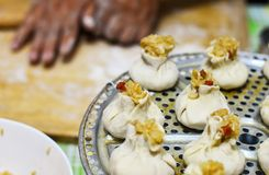 Chinese Familie die Shaomai-Rijstbollen maken Stock Foto
