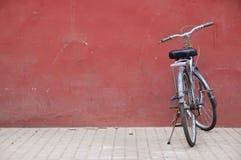Chinese fiets buiten de Verboden Stad, Peking stock foto's