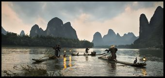 Chinese fishermen on the boat in mountains. Big river Royalty Free Stock Photos