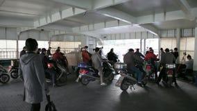 Chinese forenzen op motorfietsen stock footage