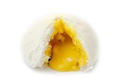 Chinese gedämpftes Brötchen zeigen seine gelbe Creme, die auf Weißrückseite lokalisiert wird Lizenzfreies Stockfoto