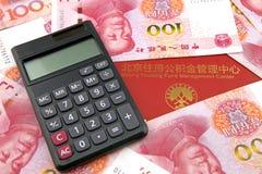 Chinese geld en calculator met het fondsenbankboekje van de huisvestingsaccumulatie Stock Afbeeldingen