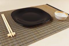 Chinese geplaatste lijst en eetstokjes op bamboemat royalty-vrije stock afbeeldingen