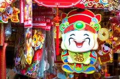 Chinese God die van Rijkdom Cai Shen, bij een Hong Kong-marktkraam hangen Stock Afbeelding