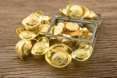 Chinese gouden baren en gouden muntstukken stock afbeeldingen