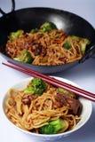 Chinese het voer mein wok van het rundvlees stock foto's