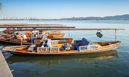 Chinese houten die botenvlotters op het het Westenmeer worden vastgelegd Stock Afbeeldingen