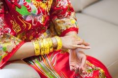 Chinese huwelijksceremonie met gouden armbanden Royalty-vrije Stock Afbeelding
