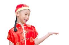 Chinese jongen in traditioneel kostuum die exemplaarruimte tonen stock afbeelding