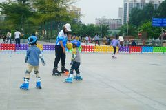Chinese kinderen in opleidingsrol het schaatsen Royalty-vrije Stock Afbeelding