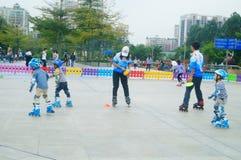 Chinese kinderen in opleidingsrol het schaatsen Stock Foto