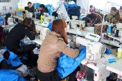 Chinese klerenfabriek met naaisters stock foto's