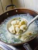 Chinese-Koch Boiled Dumplings im Wok Lizenzfreie Stockfotos