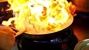 Chinese kokende paddestoel met langzame motiebrand stock video