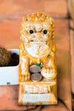 Chinese-Löwe-Puppenamulettdekoration auf Hintergrund Stockbilder
