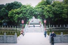 Chinese ladde, Witte marmeren en de bomen dichtbij stock afbeeldingen