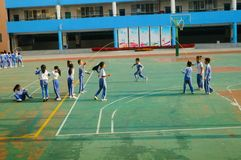 Chinese lage schoolstudenten in sporten, kabel het overslaan royalty-vrije stock afbeeldingen