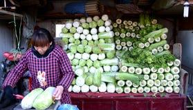 Chinese landbouwer het verkopen groenten Stock Foto