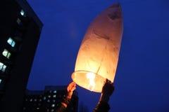 Chinese lantaarn in handen Royalty-vrije Stock Foto