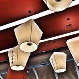 Chinese lantaarns die op rood plafond hangen Royalty-vrije Stock Afbeeldingen