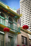 Chinese lantaarns en high-rise gebouwen de van de binnenstad royalty-vrije stock foto's