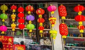 Chinese Lantaarns op winkelvertoning royalty-vrije stock foto