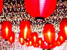 Chinese lantaarns voor Chinees nieuw jaar Onduidelijk beeld kleurrijke bokeh bij nachtachtergrond stock foto's