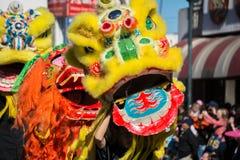 Chinese leeuw tijdens Gouden Dragon Parede. Stock Fotografie