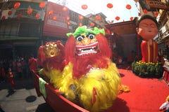 Chinese Lion Dancing in der Parade des Festivals des Chinesischen Neujahrsfests Stockfotos