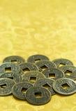 Chinese Lucky Coins auf Goldhintergrund, Chinesisches Neujahrsfest Stockfotos