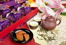 Chinese maancake en thee Stock Afbeelding
