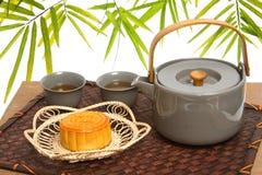 Chinese maancake met theeceremonie Stock Afbeeldingen