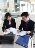 Chinese Man en Vrouw op Computer stock foto