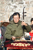 A Chinese man play two-stringed Chinese fiddle Royalty Free Stock Photos