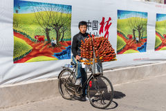 Chinese man selling candied fruits (Tanghulu) Stock Photography