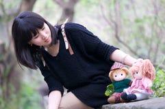 Chinese meisje en voddenbaby Stock Afbeeldingen