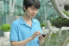 Chinese mens die cellphone gebruikt Royalty-vrije Stock Foto's