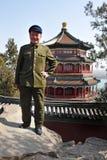 Chinese mens die de reeks en de hoed van Mao Tzetung in Peking China dragen Stock Foto's