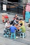 Chinese mens die een lunch hebben buiten, Chongqing, China Royalty-vrije Stock Afbeeldingen