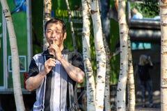 Chinese Mens die Houten Diafluitje spelen Stock Afbeelding