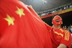 Chinese mens die met Chinese vlag gilt Stock Foto's