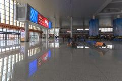 Chinese mensen binnen het onlangs geopende hoge snelheidsstation in Kunming Het nieuwe snelle station verbindt Kunming met Peking Stock Fotografie