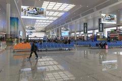 Chinese mensen binnen het onlangs geopende hoge snelheidsstation in Kunming Het nieuwe snelle station verbindt Kunming met Peking Stock Foto's