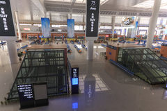 Chinese mensen binnen het onlangs geopende hoge snelheidsstation in Kunming Het nieuwe snelle station verbindt Kunming met Peking Stock Foto