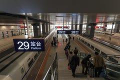 Chinese mensen binnen het onlangs geopende hoge snelheidsstation in Kunming Het nieuwe snelle station verbindt Kunming met Peking Royalty-vrije Stock Afbeelding