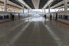 Chinese mensen binnen het onlangs geopende hoge snelheidsstation in Kunming Het nieuwe snelle station verbindt Kunming met Peking Stock Afbeeldingen