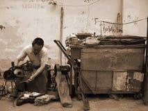 Chinese mensen, Chinese mensen, de reparatie van schoenen en kleren Stock Foto