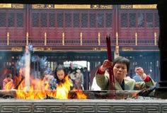 Chinese mensen die in de Tempel Chenghuang Miao bidden van de Stadsgod royalty-vrije stock afbeeldingen