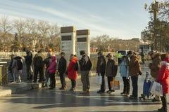 Chinese mensen die op de bus in Peking wachten royalty-vrije stock afbeelding