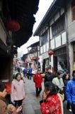 Chinese mensen die in oude landelijke markt lopen stock afbeelding